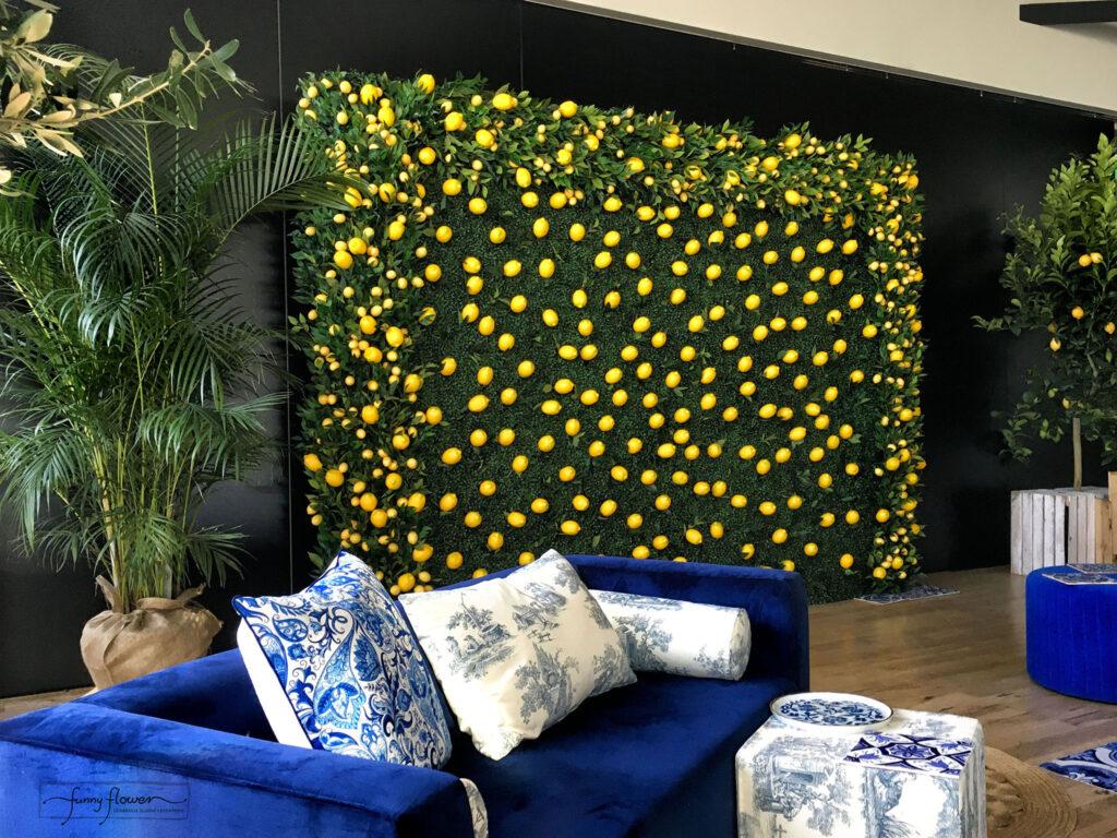 Ścianka Cytrynowa: ścianka bukszpanowa z cytrynową girlandą wypełniona cytrynami